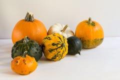 Orange Halloween-Kürbise auf weißen Planken, Feiertagsdekoration, Abschluss oben lizenzfreie stockfotos