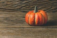 Orange halloween pumpor på träplankor Royaltyfri Fotografi