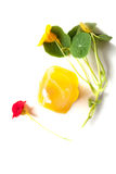 Orange handgemachter Seifen-Felsen mit Sommer-Blumen Lizenzfreies Stockfoto