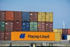 Orange Hapag Lloyd-Behälter gesetzt am Ufer Lizenzfreies Stockbild