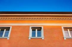 Orange Haus auf blauem Himmel Stockfoto