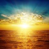 Orange hav i solnedgång och moln Arkivfoto