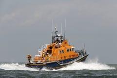 Orange havsräddningsaktionfartyg som går till havet arkivbild