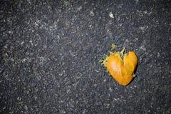 Orange heurtée formée comme le coeur brisé Image stock