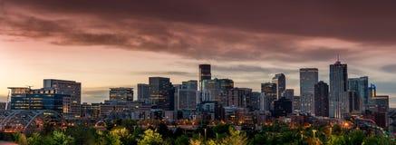 Orange himmel över morgonen av Denver Colorado royaltyfri foto