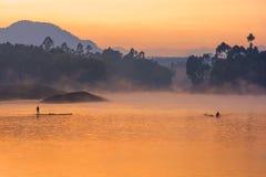 Orange Himmel über einem See Stockbilder