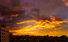 Orange himmel med molnet och byggande i morgonen Royaltyfria Foton