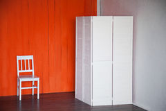 Orange Hintergrund PhotoStudio mit weißem Stuhl lizenzfreie stockfotos