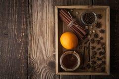 Orange, Honig und Gewürze auf dem hölzernen Behälter horizontal lizenzfreie stockfotografie