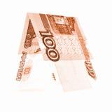 Orange hundert Rubel, die in den halben, russischen Rubeln gefaltet wurden, lokalisierte Weiß Stockbild