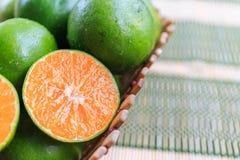 Orange im Behälter auf Matte Stockfotografie