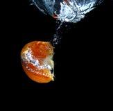 Orange im Wasser Stockfoto