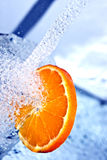 Orange im Wasserspritzen Stockfoto
