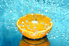 Orange im Wasserspritzen Lizenzfreie Stockbilder