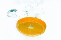 Orange im Wasserspritzen Stockfoto