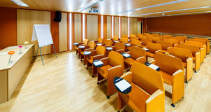 Orange Innenkonferenzsäle mit flipchart Stockbild