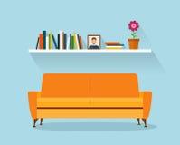 Orange Innensofa und Bücherregale des modernen Designs Retro- flache Art Stockfoto