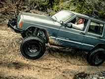 Orange Jeep Rock Crawling lizenzfreie stockbilder
