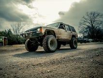 Orange Jeep Rock Crawling lizenzfreie stockfotos