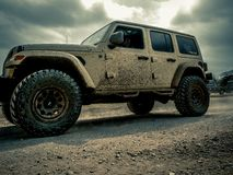 Orange Jeep Rock Crawling lizenzfreies stockbild