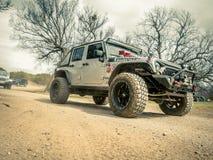 Orange Jeep Rock Crawling lizenzfreie stockfotografie