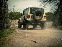 Orange Jeep Rock Crawling stockfotos