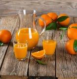 Orange juice and fresh oranges Royalty Free Stock Photos