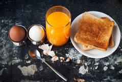 Orange Juice Toasts Spoon Rustic Shabby för kokta ägg tabell arkivfoto