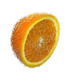 Orange juteuse avec l'éclaboussure de l'eau, d'isolement sur le fond photographie stock libre de droits