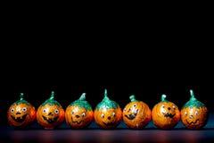 Orange Kürbis eingewickelte Schokoladen in einer Reihe Lizenzfreies Stockfoto