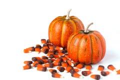 Orange Kürbis-und Süßigkeits-Mais-Dekorationen stockfotografie