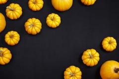 Orange Kürbise auf dem Tafelhintergrund Lizenzfreie Stockfotos