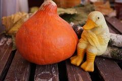 Orange Kürbisherbstlaub und Halloween-Maske auf alter hölzerner Tabelle mit Freiexemplarraum lizenzfreies stockfoto
