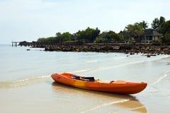 Orange Kajak auf dem Strand Lizenzfreie Stockbilder