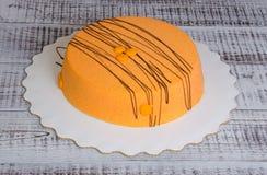 Orange kaka för mousse för morotchokladvelour med blåbäret Arkivbilder