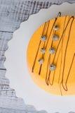Orange kaka för mousse för morotchokladvelour med blåbäret Fotografering för Bildbyråer