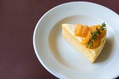 Orange kaka med orange frukttoppning fotografering för bildbyråer