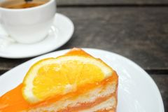 Orange kaka med varmt te arkivbild