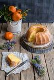 Orange kaka på träbakgrund Royaltyfri Foto