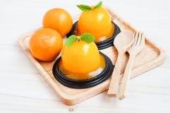 Orange kaka på träbakgrund Royaltyfri Bild