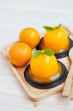 Orange kaka på träbakgrund Royaltyfri Fotografi