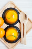 Orange kaka på träbakgrund Arkivfoto