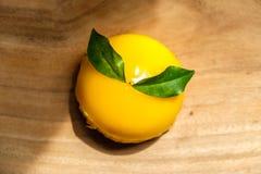 Orange kaka som förläggas på träbräde Royaltyfri Bild