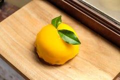 Orange kaka som förläggas på träbräde Royaltyfri Foto