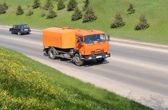 Orange Kamaz-Behälter auf der Straße Stockbild