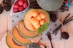Orange Kantalupenmelonenfrucht saftig auf hölzernem Hintergrund Lizenzfreie Stockbilder