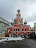 Orange Kathedrale mit grauen Hauben stockbilder