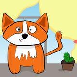 Orange Katze wie ein Fox mit einem neugierigen Blick, der auf einer Tabelle mit einem Kaktus sitzt Lizenzfreies Stockbild