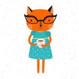 Orange Katzenmädchen in einem blauen Kleid mit einem gelben Gurt und Gläsern, Katze hält eine Schale coffe Lizenzfreies Stockbild