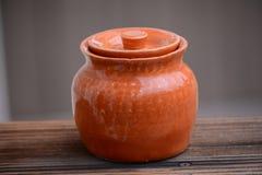 Orange keramisk kruka Arkivbild
